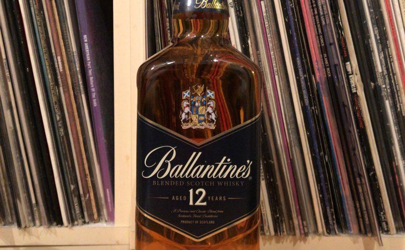 バランタイン12年のボトル。形状が扁平なのでバーでは目立ちやすい。