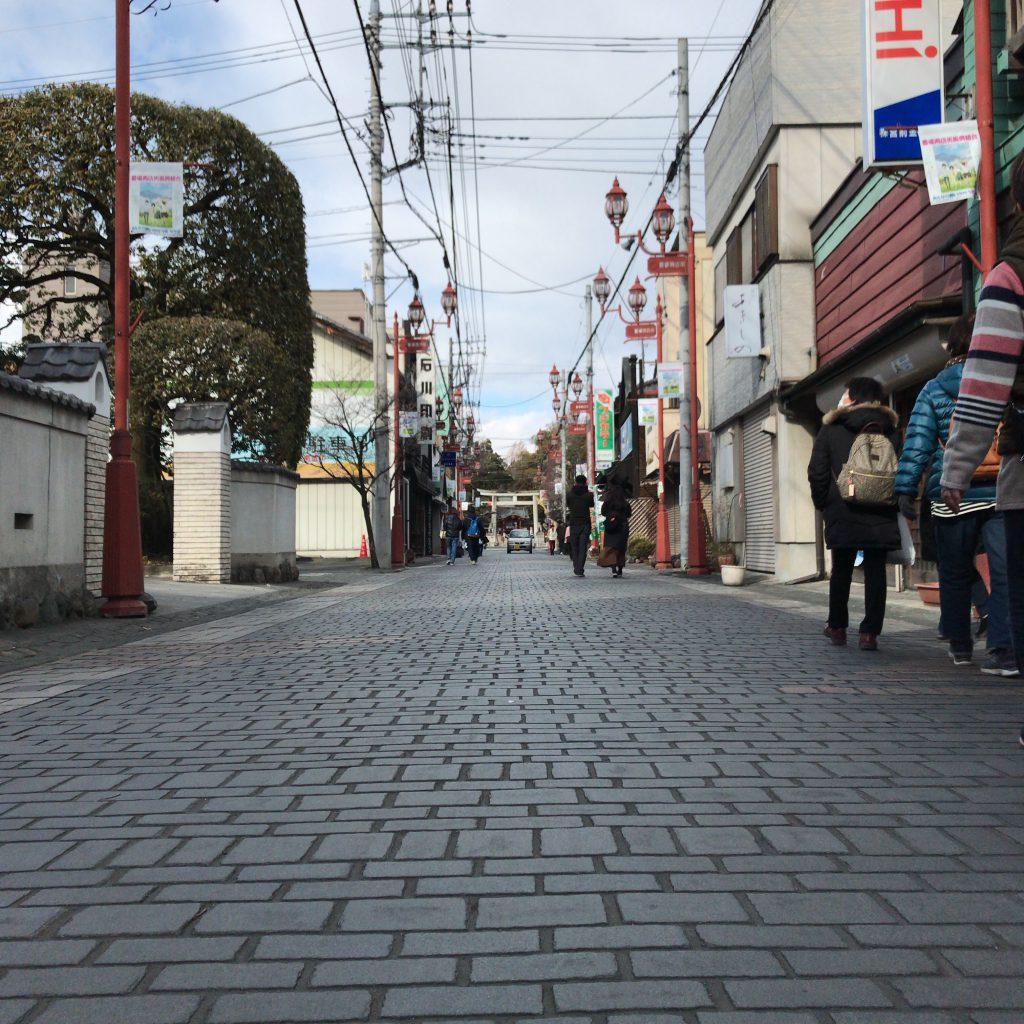 秩父神社までの参道。石畳がなんとも旅情を誘います。