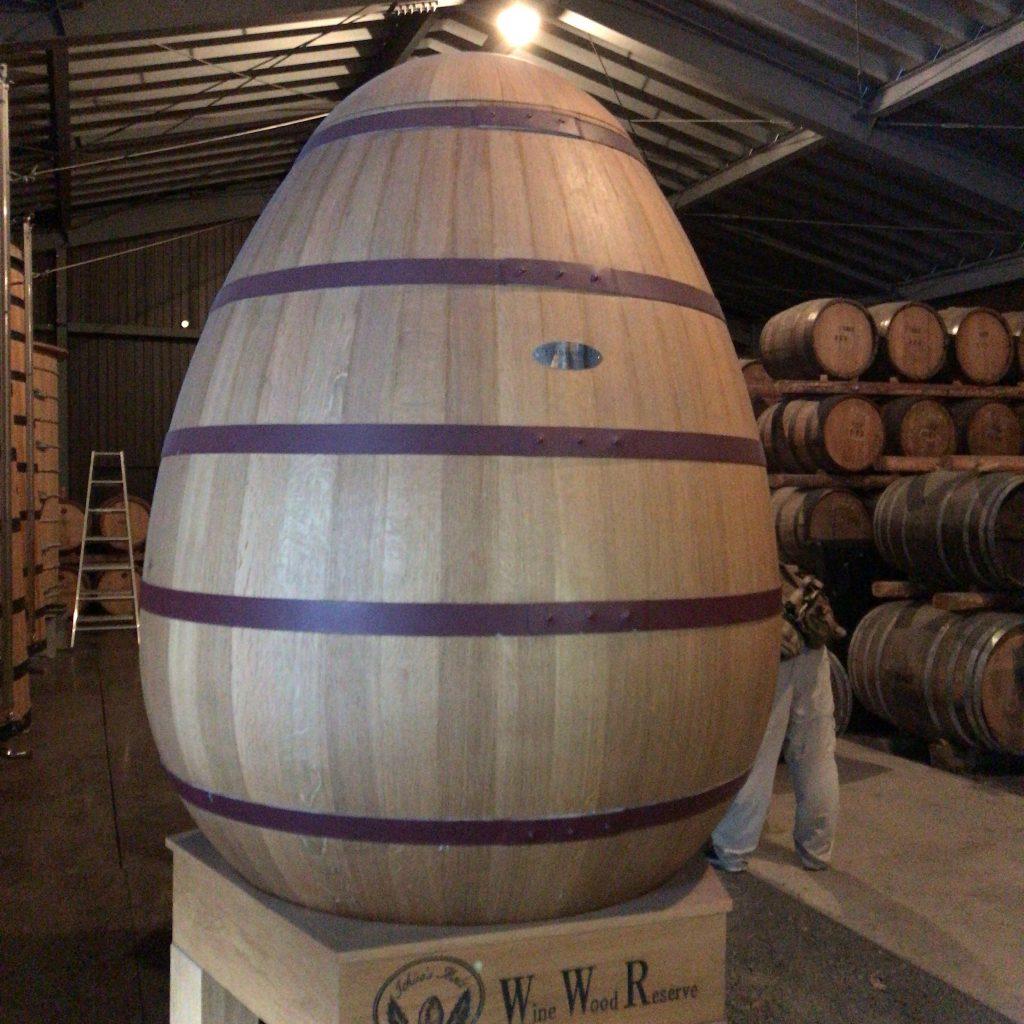 ひときわ目を引く卵型の樽。ワインウッドリザーブの後熟用の樽。