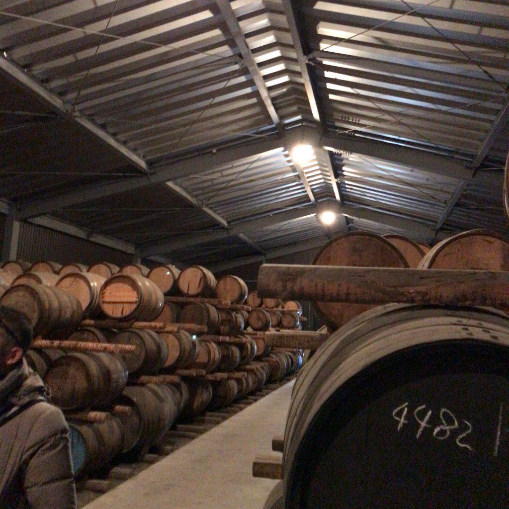 秩父蒸溜所の貯蔵庫。さまざまな種類の樽がバランスよく置かれている。