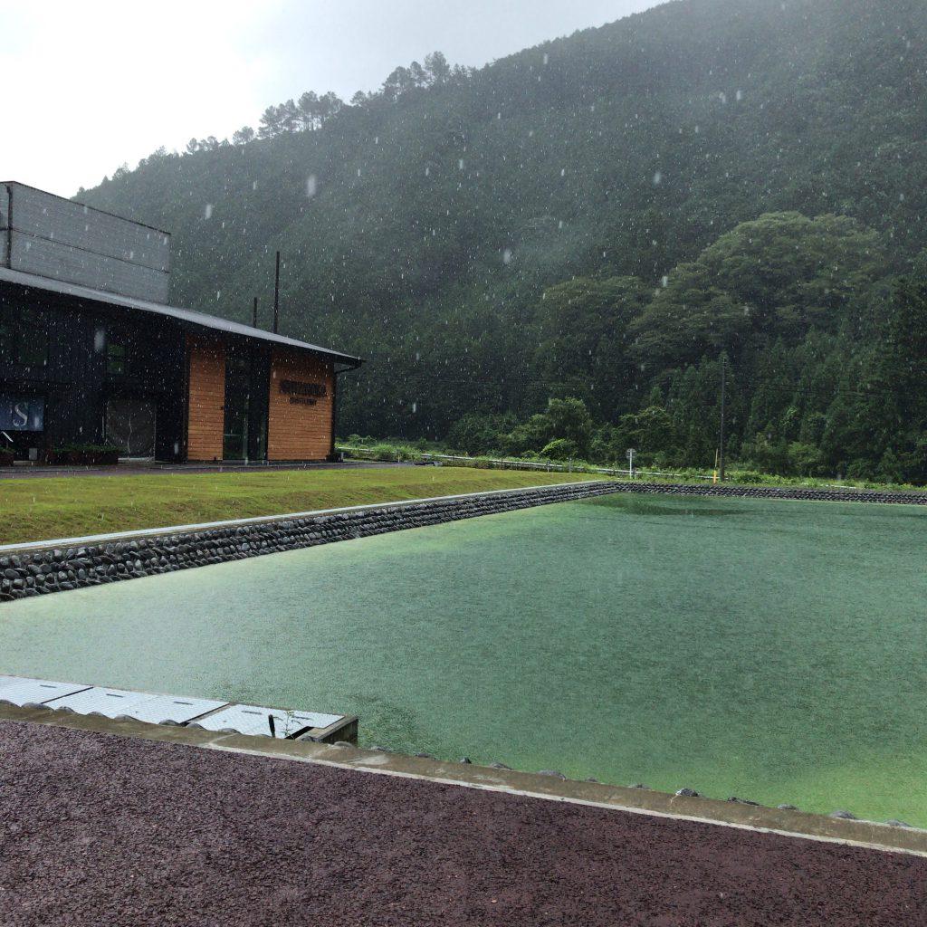 静岡蒸溜所の前の溜め池