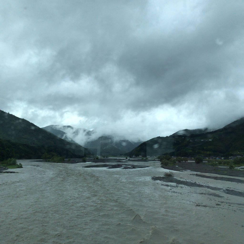 安倍川の濁流