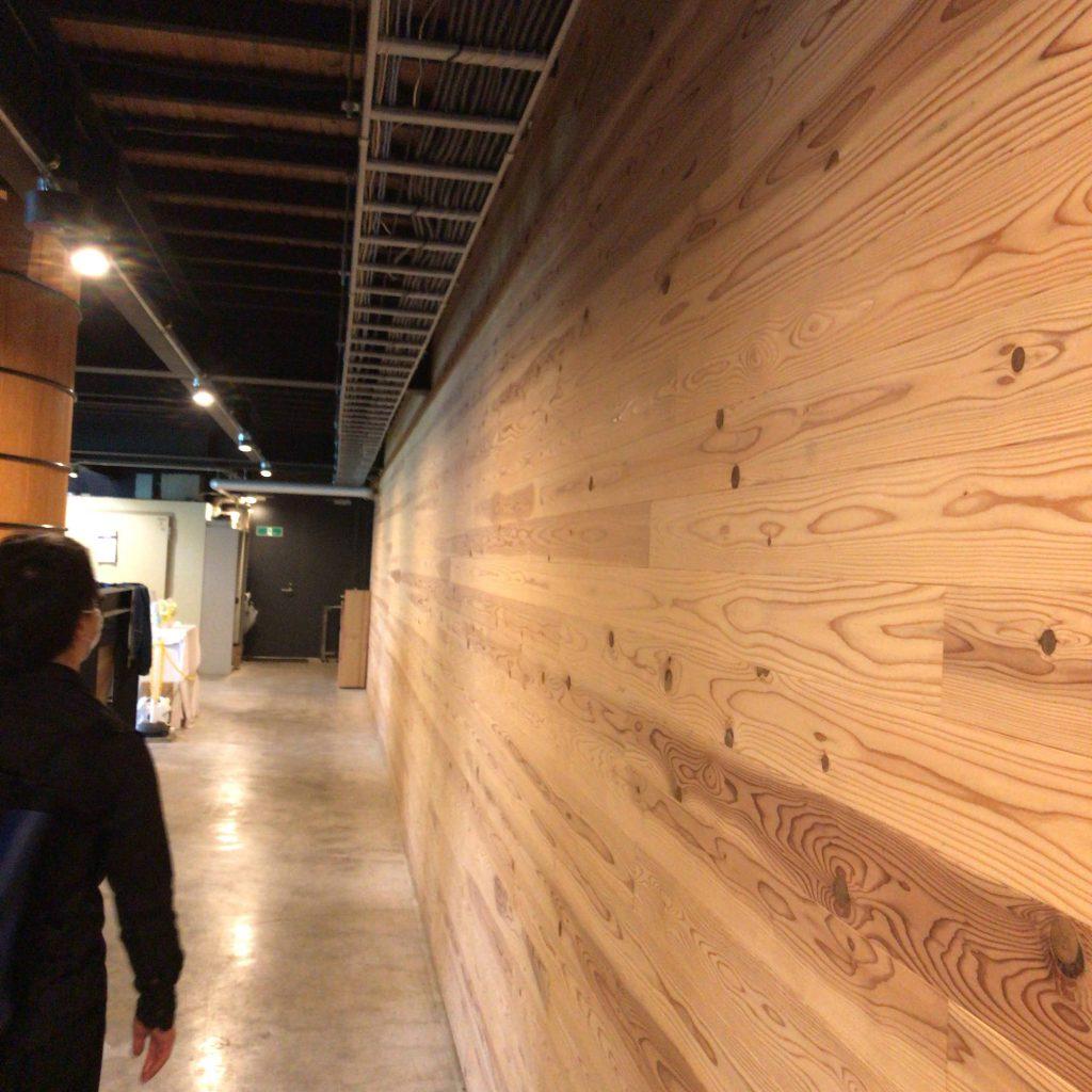 静岡蒸溜所のウォッシュバックの真下を歩く